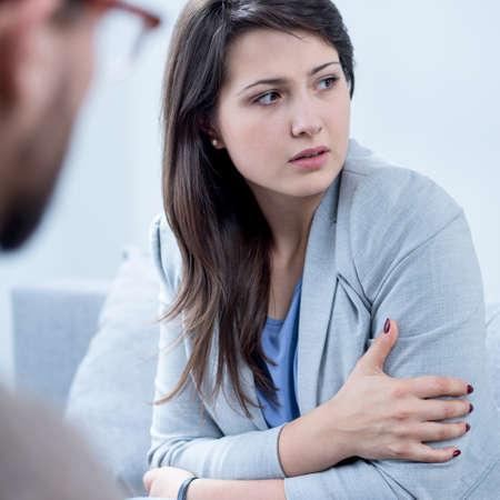 esquizofrenia: Miedo mujer que sufre de esquizofrenia recibir psicoterapia