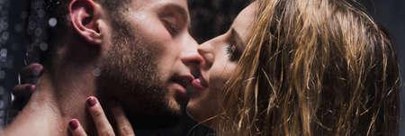 샤워를 함께 복용하는 동안 키스하는 에로틱 한 커플의 파노라마 사진