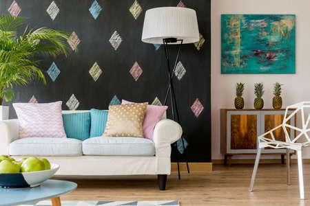 Shot van een gezellige moderne woonkamer met een grote witte sofa Stockfoto