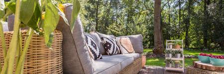 정원 가구가있는 아늑한 베란다와 정원 전망 스톡 콘텐츠