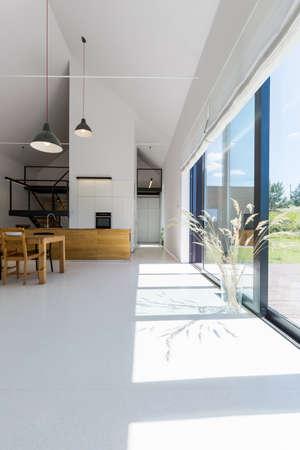 luz natural: La pared de cristal en la moderna casa de proyecto de diseño abierto Foto de archivo