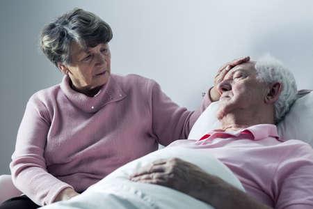 muerte: Ancianos paciente terminal y su esposa que cuida