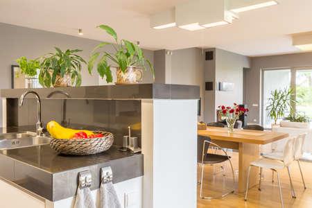 Hoogglans moderne open keuken naar een eethoek