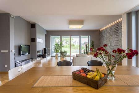 Apartamento nuevo plan de estilo de piso abierto, con juego de comedor y sala de estar TV Foto de archivo - 62764908
