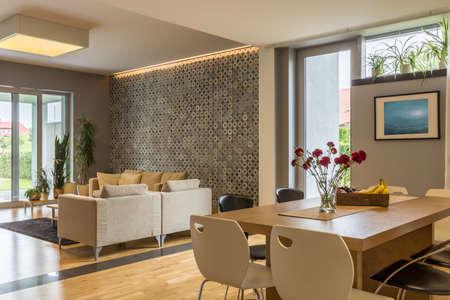 Casa moderna en color beige con sala de estar y comedor combinado Foto de archivo