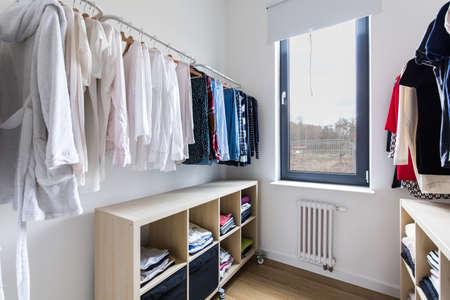 vestidor con perchas y cajas de madera de cajones