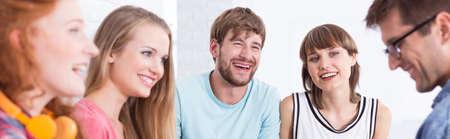 jovenes estudiantes: Foto panorámica de un grupo de jóvenes estudiantes de risa Foto de archivo