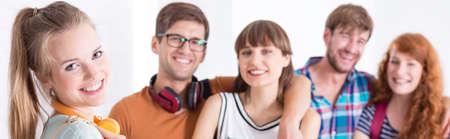estudiantes universitarios: Disparo de un grupo de gente joven feliz que cuelga hacia fuera
