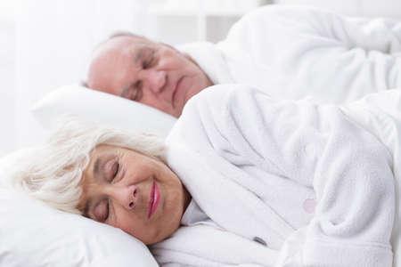 matrimonio feliz: Calma y ancianos matrimonio feliz durmiendo juntos en la cama