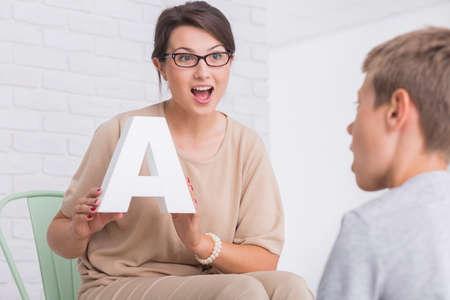 Disparo de un terapeuta del habla durante una sesión con un niño pequeño