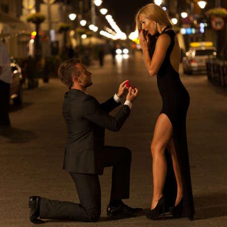 Verraste vrouw als gevolg van het voorstel op de straat Stockfoto