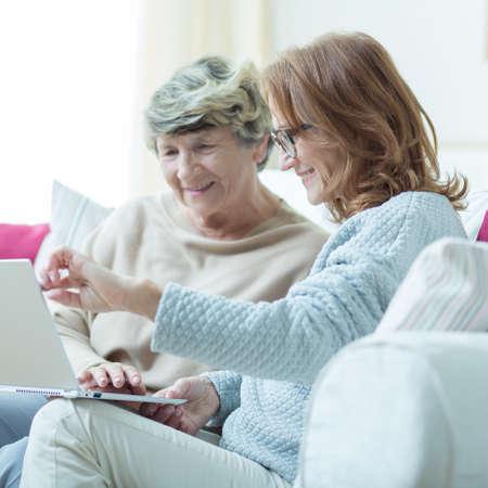 helping: Imagen del cuidador tipo de enseñanza anciana utilizar la computadora portátil