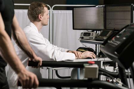 Disparo de un médico sentado frente a la computadora y el seguimiento de los resultados