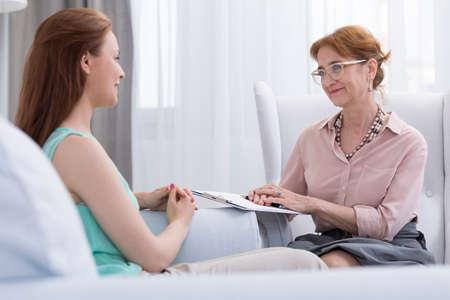Vrouwelijke patiënt tijdens sessie met ervaren vrouwelijke arts