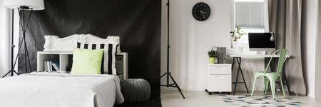Appartement moderne avec lit et bureau minimaliste et une chaise située près de la fenêtre