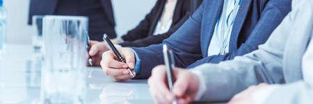 Close-up van handsfree mensen uit het bedrijfsleven staan klaar om notities te maken