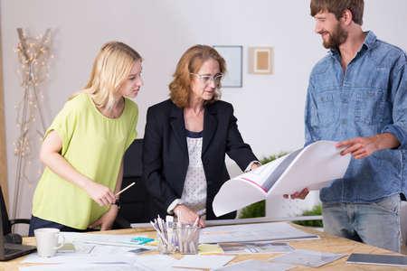 Collègues d'architecte regardant de nouveaux plans au studio de design
