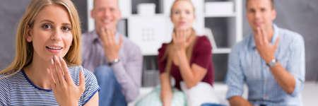 """Vista panorámica de una gente joven que muestra la palabra """"hablar"""" con el lenguaje de signos Foto de archivo - 63273604"""