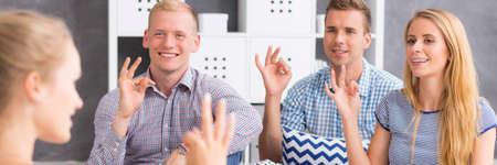 """Vue panoramique des élèves montrant le mot """"dont"""" utilisant la langue des signes"""