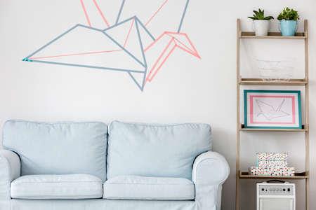sala de estar con sofá luz, regale bricolaje y la decoración de la pared de cinta washi Foto de archivo