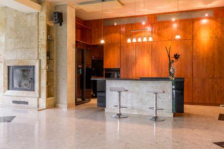 decoracion mesas: Captura de una amplia cocina en una casa moderna