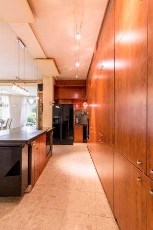 decoracion mesas: Captura de una amplia cocina con estilo en una casa moderna