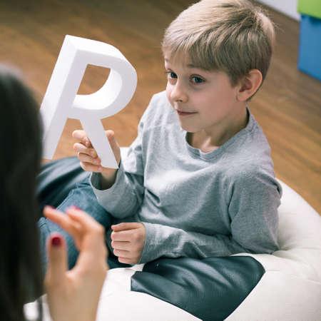Disparo de un terapeuta del habla y un niño pequeño Foto de archivo