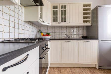 muebles de madera: cocina con luz blanca muebles de madera maciza y encimera