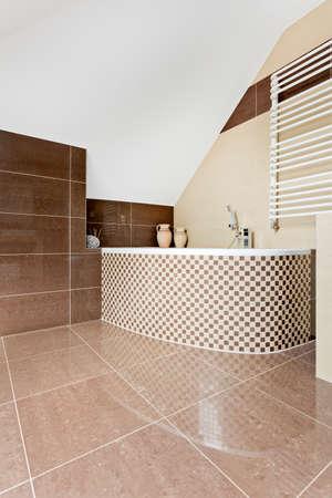 #63502229   Modernes Badezimmer Mit Braunen Fliesen Und Mosaik Fliesen  Badewanne