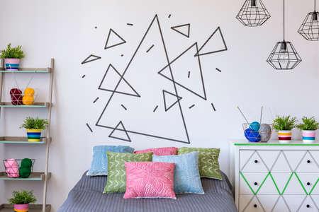 Captura de una pared blanca con triángulos hechos con cinta decorativa Foto de archivo - 63522138