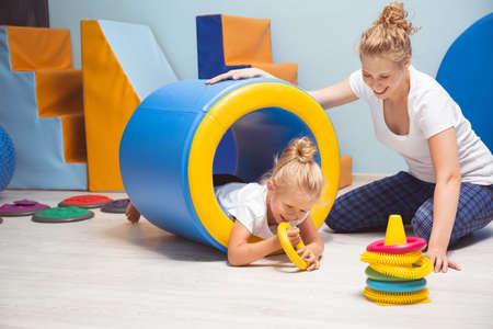Shot van een lachend meisje tijdens haar behandeling in de rol tunel