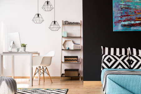 Interni in bianco e nero con mobili moderni, dettagli decorativi e nuove lampade a sospensione Archivio Fotografico - 63645780