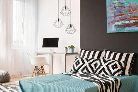 Schwarz-Weiß-Schlafzimmer Mit Großem Bett, Fenster Und ...