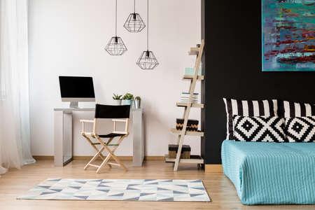 Nuevo estilo de habitación en blanco y negro con área para dormir y estudio combinada