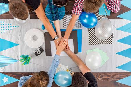 decoracion mesas: Disparo de un grupo de amigos que se preparan decoraciones para una fiesta sorpresa Foto de archivo