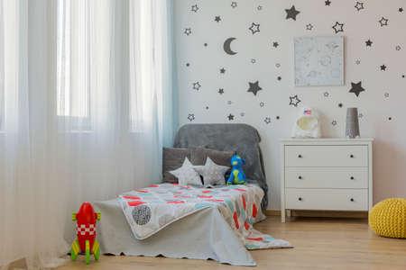 camera da letto del bambino Luce con letto singolo e decorazione della parete stella