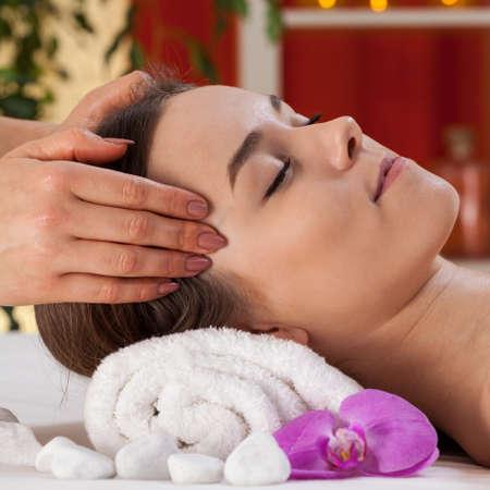 Close-up van ontspannen vrouw die hoofd massage