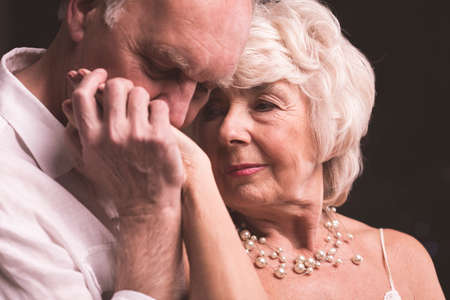 Lterer Mann , der weibliche Hand mit Liebe küsst Standard-Bild - 64617888