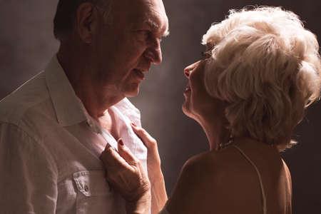 Sexy senior paar tijdens het voorspel voor de seks