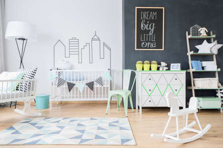 Schuss von einem Zimmer Interieur des geräumigen Kind mit einem blauen und weißen Teppich Standard-Bild - 64791532