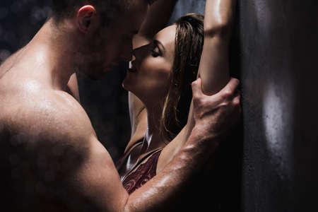 Shot von einem hübschen nackten Mann über seine Geliebte zu küssen Standard-Bild