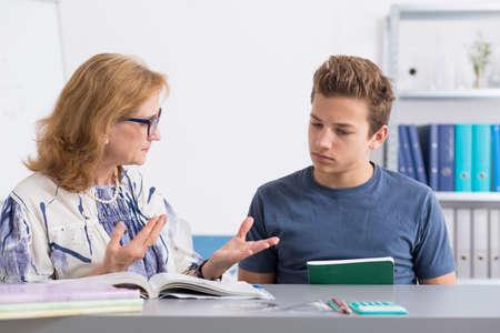 tutor: adolescente con problemas de aprendizaje que tienen clases particulares en su casa