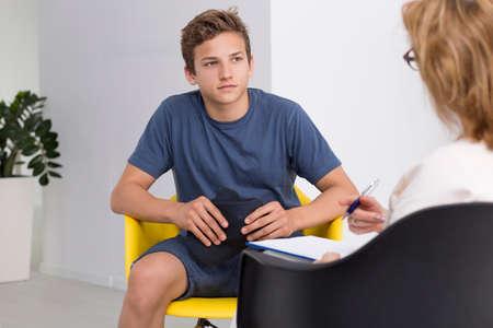 Nastoletni chłopiec w terapii sesji z psychologiem żeńskiej Zdjęcie Seryjne