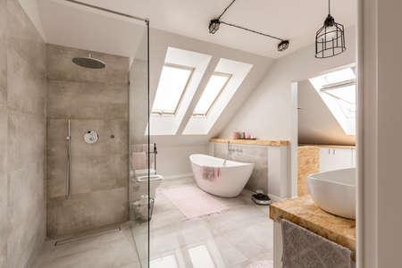 Etnische badkamer interieur met goud en grijs colous met wastafel