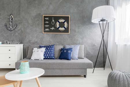 Moderne graue Interieur mit nautischen Dekorationen und trendige Wandbekleidung