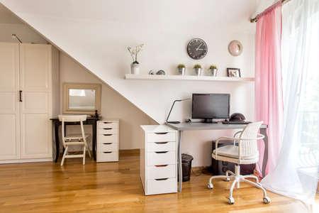 Home office kamer met de balie, commode, kledingkast, stoelen, parketvloer en raam