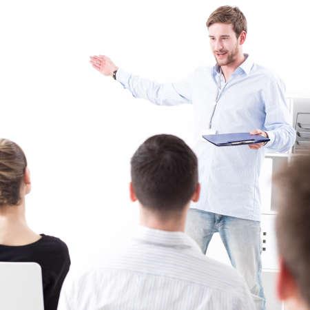 若い男が会議で自分のアイデアを提示