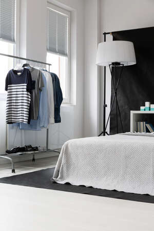 Groot kingsize bed in een ruime kamer Stockfoto
