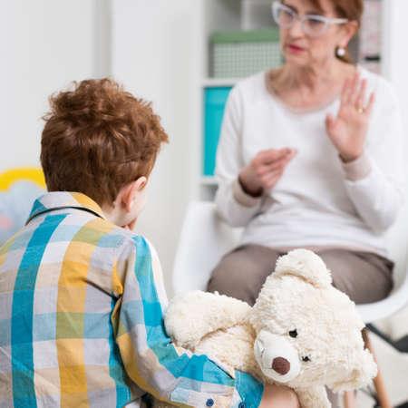 사무실에서 아이와 이야기하는 pedagogue