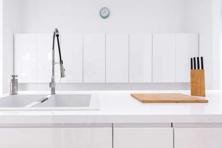 Minimalist, lacquer, white kitchen and modern wooden accessories 免版税图像